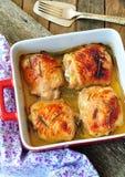 Piec kurczaków uda na drewnianym stole zdjęcia stock