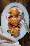 Piec kurczaków uda z oliwkami i czerwoną cebulą Obrazy Royalty Free