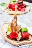 Piec kurczaków uda z pikantność i piec na grillu warzywami na zalecającym się obraz royalty free