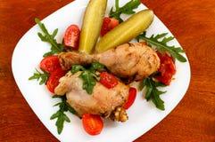 Piec kurczak na bielu talerzu na drewnianym stole Obrazy Stock
