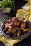 Piec kurczak na ciemnym tle obrazy stock