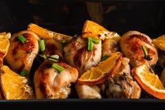 Piec kurczak noga z plasterkami pomarańcze obrazy stock