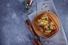 Piec kurczak nogi z pomidorami, cebule, serowy kurczak potrawki menu i restauracji pojęcie Na szarym tle zdjęcia royalty free