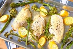 Piec kurczak piersi gość restauracji na szkotowej niecce obrazy stock