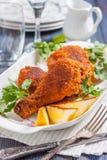 Piec kurczak z cytryną i pietruszką na talerzu Fotografia Royalty Free