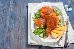 Piec kurczak z cytryną i pietruszką na talerzu Obrazy Royalty Free
