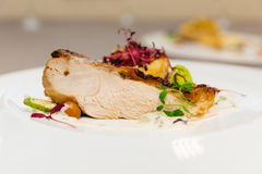 Piec kurczak z złotą skorupą z warzywami na pięknym tle zdjęcie royalty free