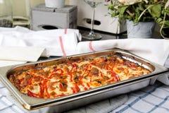 Piec lasagna na wypiekowym prześcieradle obrazy stock