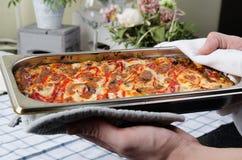 Piec lasagna na wypiekowym prześcieradle zdjęcia stock