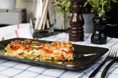 Piec lasagna na wypiekowym prześcieradle zdjęcie royalty free