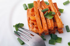 Piec marchewki z zielonymi cebulami na białym talerzu Organicznie jarski jedzenie obraz royalty free