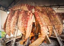 Piec mięso gotujący na wołowina pionowo grille fotografia stock