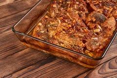 Piec mięso w szklanym cookware zdjęcia royalty free