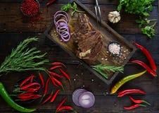 Piec mięso z cebulami, czosnkiem, pikantność, świeżymi ziele, czerwonym pieprzem i solą, Obrazy Stock