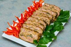 Piec minced mięso z pieczarkami, czerwonym pieprzem i pietruszką, Mięsny bochenek w bielu talerzu zdjęcia royalty free