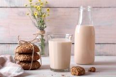 Piec mleko z oatmeal ciastkami Zdjęcia Stock