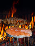 piec na grillu łosoś zdjęcia stock