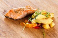 Piec na grillu łosoś polędwicowy z warzywami n i pikantność talerz Zdjęcie Royalty Free