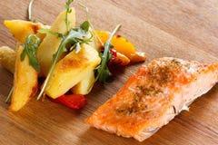 Piec na grillu łosoś polędwicowy z warzywami n i pikantność talerz Obrazy Royalty Free
