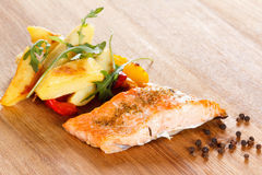 Piec na grillu łosoś polędwicowy z warzywami n i pikantność talerz Fotografia Stock