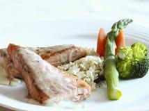 Piec na grillu łosoś, ryż i warzywa, Fotografia Royalty Free