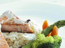 Piec na grillu łosoś, ryż i warzywa, Obraz Royalty Free
