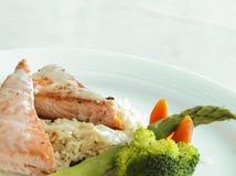 Piec na grillu łosoś, ryż i warzywa, Obrazy Royalty Free