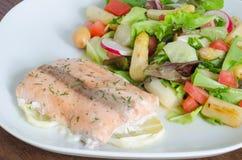 Piec na grillu łosoś z cytryny i asparagusa sałatką Zdjęcie Stock