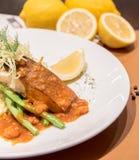 Piec na grillu łososia z krewetkowym kumberlandem, brei grulą i fasolką szparagową, Fotografia Stock