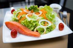 Piec na grillu łososiowa sałatka Fotografia Stock