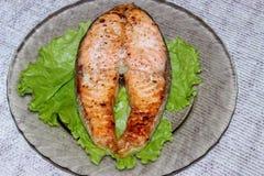Piec na grillu łososiowy stek kłaść na przejrzystym talerzu fotografia stock