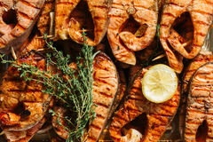 Piec na grillu łososiowy stek na płonąć z bliska fotografia stock