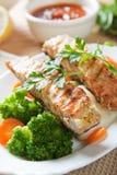 Piec na grillu łososiowy stek z brokułami i marchewką Obrazy Royalty Free