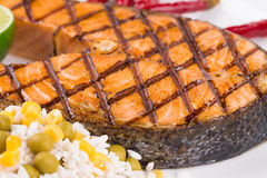 Piec na grillu łososiowy stek z warzywami na talerzu Obrazy Royalty Free