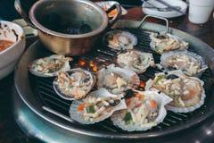 Piec na grillu świeży owoce morza, Kulinarny BBQ owoce morza na ogieniu Obraz Stock