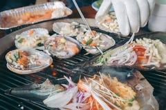 Piec na grillu świeży owoce morza, Kulinarny BBQ owoce morza na ogieniu Zdjęcie Royalty Free