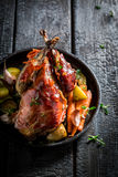 Piec na grillu bażant z bekonem i warzywami na ciemnym tle Zdjęcie Royalty Free
