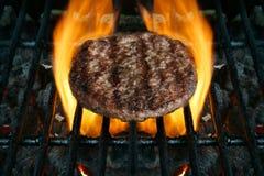 piec na grillu barbacued hamburger Zdjęcia Stock
