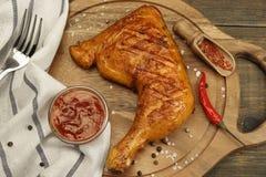Piec na grillu BBQ kurczaka nogi ćwiartka Na drewno desce, Odgórny widok Obraz Royalty Free