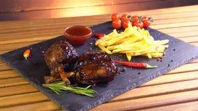 Piec na grillu bbq wieprzowiny mięsa ziobro na kamienia talerzu zbiory
