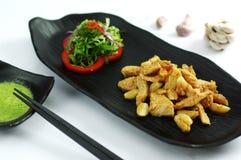 Piec na grillu bezkostny kurczak z czosnkiem i sałatką na czarnym półmisku Fotografia Stock