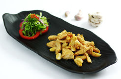 Piec na grillu bezkostny kurczak z czosnkiem i sałatką na czarnym półmisku Zdjęcia Royalty Free