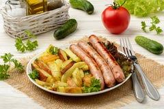 Piec na grillu białe kiełbasy z piec grulami Zdjęcia Stock