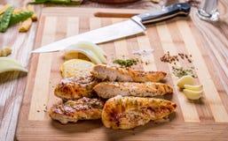 piec na grillu białego mięsa kurczaka pierś, kurczak obdziera fotografia royalty free