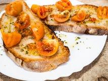 Piec na grillu bruschetta z Włoskimi pomidorami, kolorem, bardzo dobry, pomarańczowymi, i trwać, przyprawiam z oliwą z oliwek i o fotografia royalty free