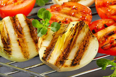 Piec na grillu cebule i pomidory Fotografia Stock