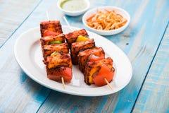 Piec na grillu chałupa ser lub także znać jako Paneer Tikka Kebab, chili chili, paneer lub lub, bar paneer lub tandoori paneer w  Zdjęcia Royalty Free