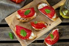 Piec na grillu chleb nakrywający z majonezem, pomidor i basil, leaf Fotografia Stock