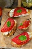 Piec na grillu chleb nakrywający z majonezem, pomidor i basil, leaf Zdjęcie Royalty Free