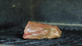 Piec na grillu cielęcina zamknięta w górę, kawałek czerwony marynowany mięso smaży dla wyśmienicie naczynia zbiory